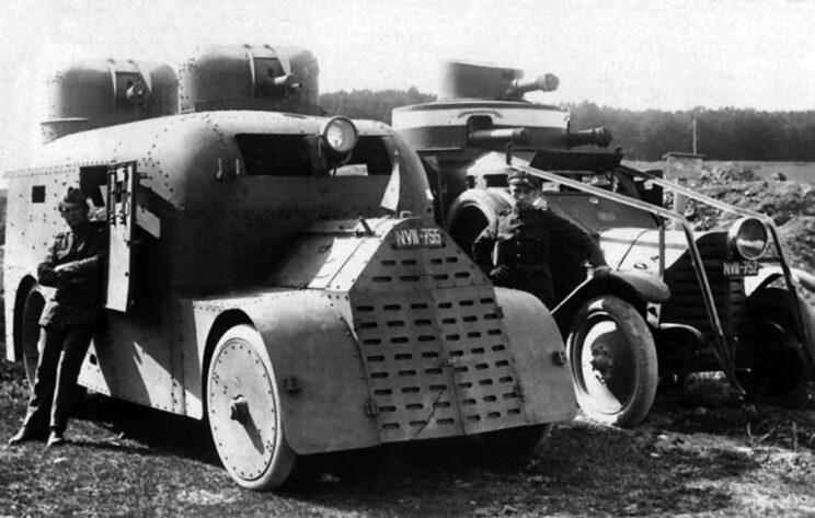 Fiat Torino – pierwszy samochód pancerny zbudowany w Czechach. W tle Lancia 1ZM sprowadzona z Włoch.