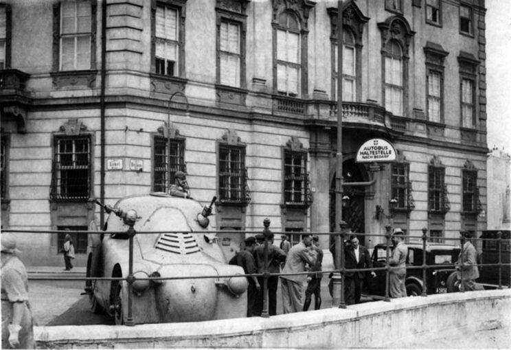 """Trzy """"pancéřove želvy"""" sprzedano w 1927 r. policji austriackiej. Na zdjęciu: jedna z nich na ulicach Wiednia 25lipca 1934 r., w czasie nieudanego puczu nazistowskiego."""