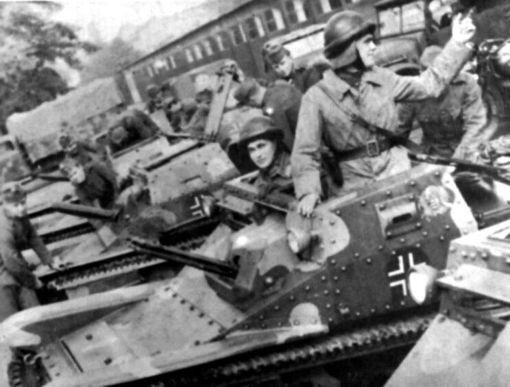 Kadeci Węgierskiej Akademii Wojskowej Cesarzowej Ludwiki (Magyar Királyi Hond Ludovika Akadémia) w trakcie przejmowania nowego sprzętu pancernego.