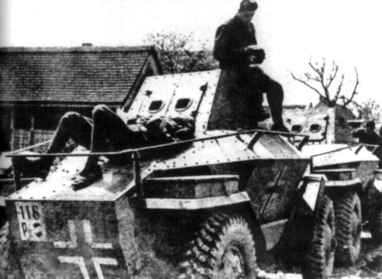 Chwila odpoczynku załogi samochodu pancernego Csaba w czasie kampanii jugosłowiańskiej 1941 r.