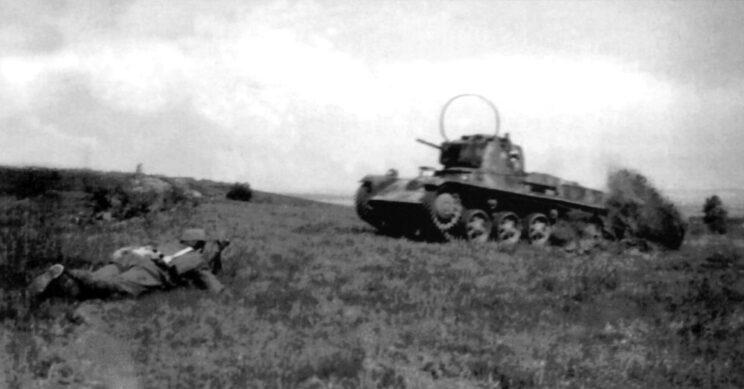 Szkolenie węgierskiej jednostki pancernej we współdziałaniu z piechotą; czołg Toldi w wersji dowodzenia, maj 1941 r.