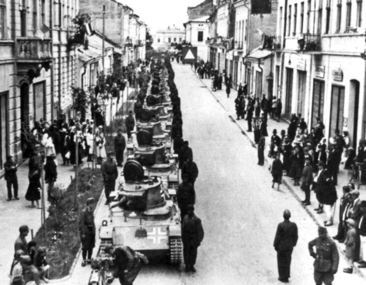 Węgierskie czołgi wkraczają do jednego z miast na terenie ZSRR; lipiec 1941 r.