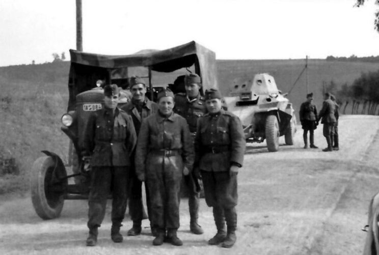Gdzieś na tyłach frontu wschodniego latem 1941 r.: traktor KV-40 i samochód pancerny Csaba.