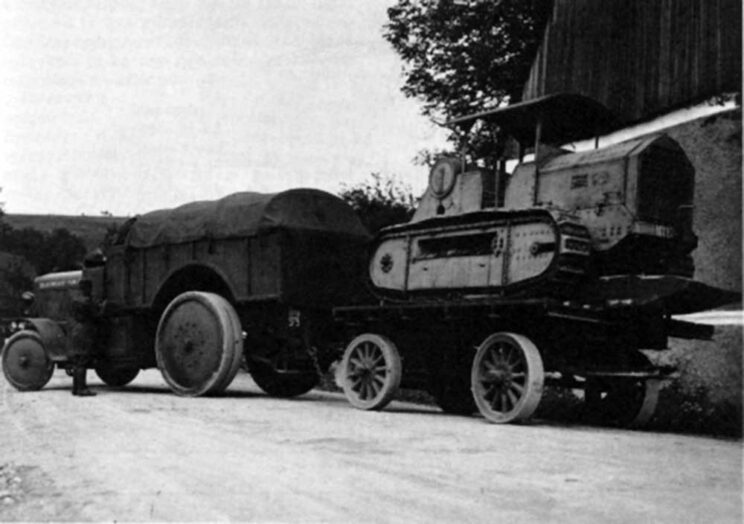 Škoda produkowała ciągniki artyleryjskie jeszcze przed pierwszą wojną światową. Na zdjęciu ciągnik artyleryjski Škoda Z holuje przyczepę z Hanomagiem WD-50. Podwozie Hanomaga stało się bazą do zbudowania Kolohousenki 50.