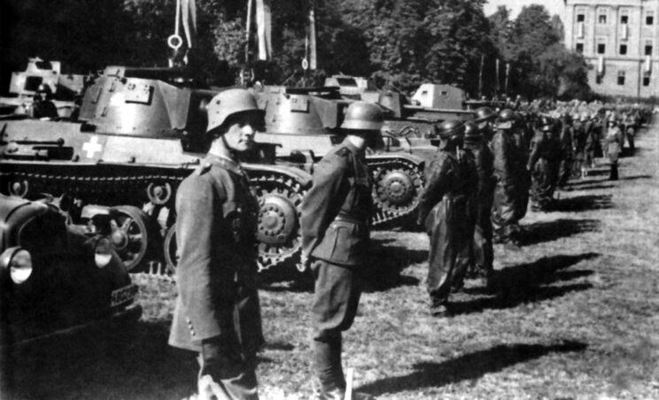 Przekazanie w kraju na potrzeby jednostki frontowej nowych czołgów lekkich Toldi (na pierwszym planie) i samochodów pancernych Csaba; 1941 r.