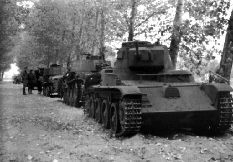Zniszczone i uszkodzone czołgi Korpusu Szybkiego czekają na odtransportowanie do zakładów remontowych w kraju; 1941 r.