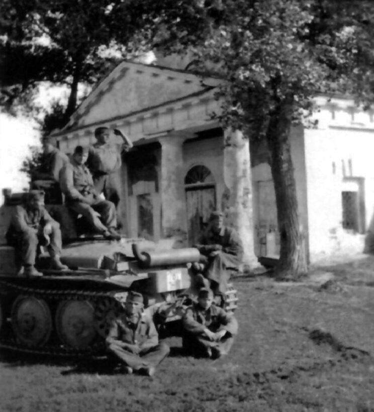 Odpoczynek węgierskich pancerniaków w miejscowości Kołbino; późne lato 1942 r.