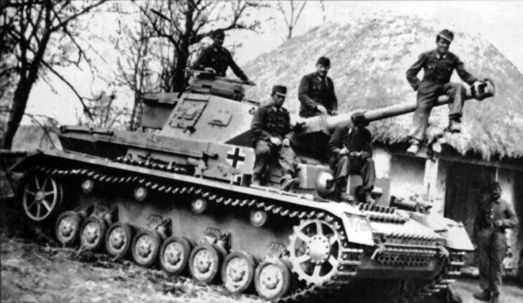 Węgierski czołg PzKpfw IV Ausf. F2 (wersję tę wyróżniała długolufowa armata 75 mm) z 30. pułku pancernego, jesień 1942 r.