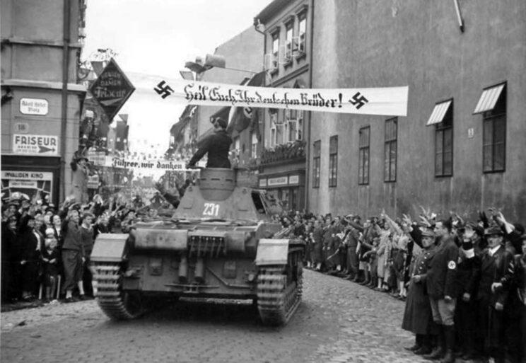Niemieckie czołgi lekkie były gorsze od lekkich czołgów czeskich, jednak czołgi średnie – jak ten Pz IV wjeżdżający w 1938 r. do Chomutova – już o klasę lepsze od czeskich czołgów średnich. Zdjęcie wykonano 9 października – Wehrmacht nie spieszył się zbytnio z wkraczaniem do CSR.