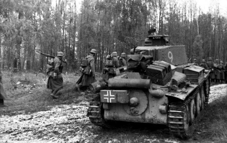 Panzerkampfwagen 38(t) na froncie wschodnim w 1941 r. Warto zwrócić uwagę na ilość ekwipunku przewożonego na pancerzu czołgu.