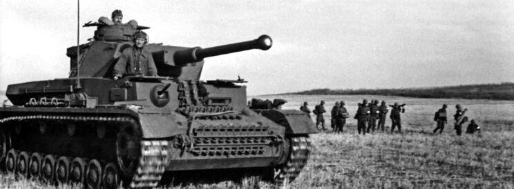 Węgierski czołg PzKpfw IV Ausf. F2 i piechota w walkach o Krotojak i Uryw; 1942 r.