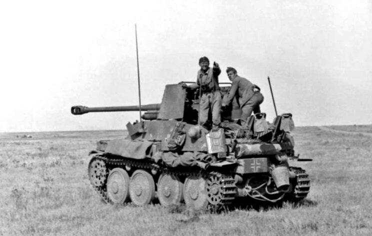 """Gdy Pz 38 (t) zaczęły tracić swoją wartość bojową, ich wieże zdejmowano, a w kadłubach montowano uzbrojenie artyleryjskie – na przykład armaty przeciwpancerne. Taki pojazd nazwano """"Marder III Ausf H""""."""