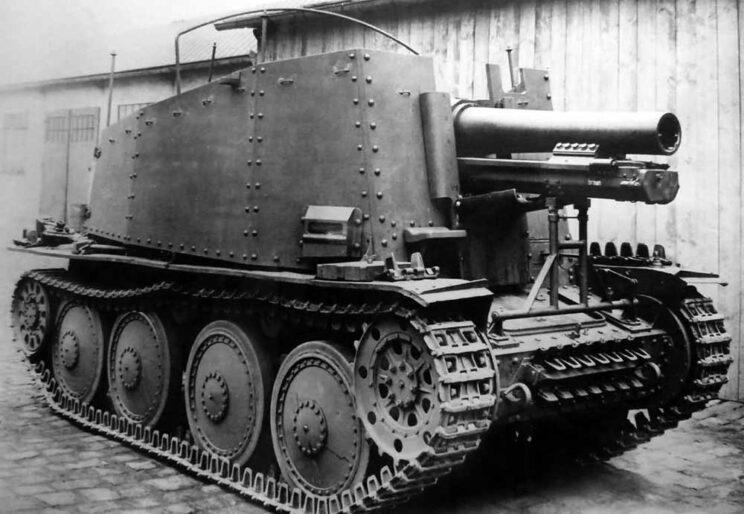 """Gdy było to 15 cm działo piechoty, pojazd nosił nazwę """"Grille Ausf. H"""". W obu przypadkach litera """"H"""" oznaczała, że silnik znajduje się z tyłu, co znacznie ograniczało wielkość przedziału bojowego."""