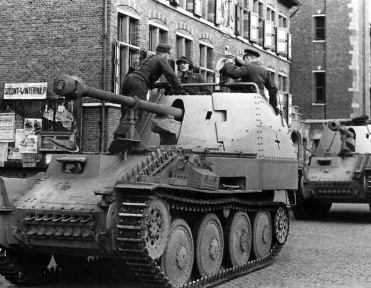 """Opracowano więc Geschützwagen 38(t) Ausf. M, czyli nośnik uzbrojenia na podwoziu czołgu 38 (t) z silnikiem zamontowanym w środku, a więc dużym przedziałem bojowym. Montowano w nich działa piechoty (i nazywano """"Grille Ausf. M"""") albo armaty przeciwpancerne – jak na zdjęciu; nosiły wówczas nazwę """"Marder III Ausf. M""""."""