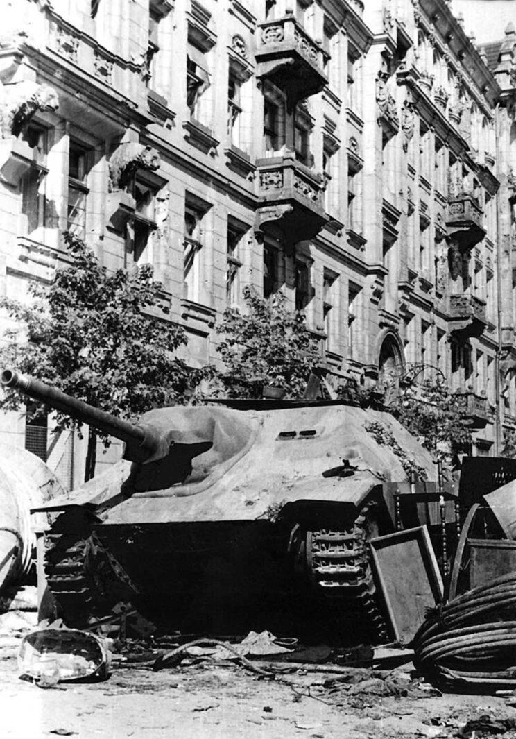 """Jagdpanzer 38 (t) debiutował – jak wiele czeskich czołgów – w walkach przeciw Polakom podczas Powstania Warszawskiego 1944 r. Drugim użytkownikiem byli Polacy, którzy jedną sztukę zdobyli 2 sierpnia podczas walk o Pocztę Główną. Nadano mu imię """"Chwat""""."""