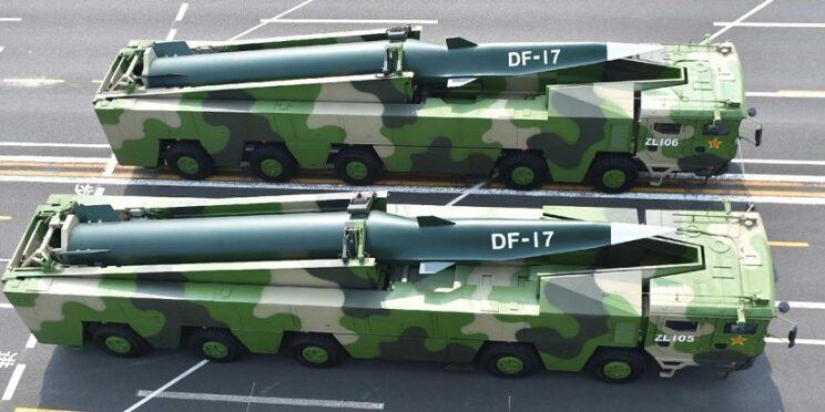 Wyrzutnia z chińskim pociskiem balistycznym średniego zasięgu DF-17, dobrze widoczny moduł hipersoniczny DF-ZF. Fot. Belt and Road News Alliance
