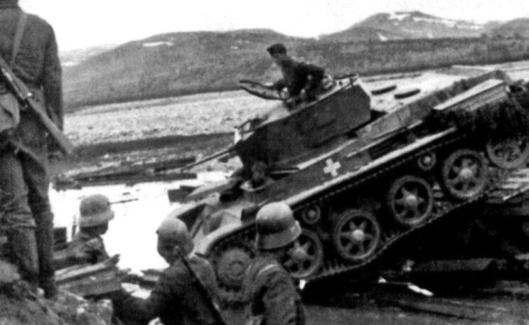 Węgierska jednostka wsparta przez czołgi Toldi przekracza rzekę po zniszczonym moście; 1944 r.