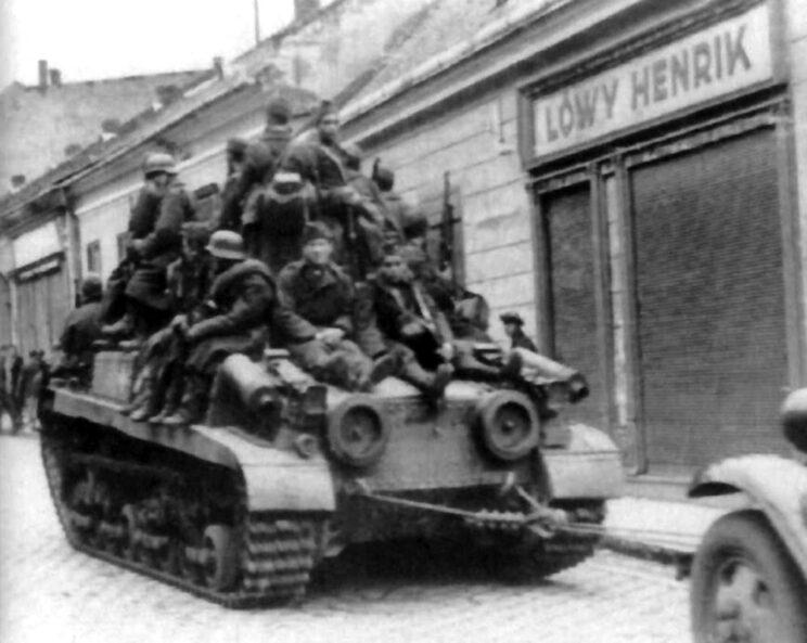 Węgierska piechota korzysta z podwózki czołgiem Turan II w czasie odwrotu; jesień 1944 r.
