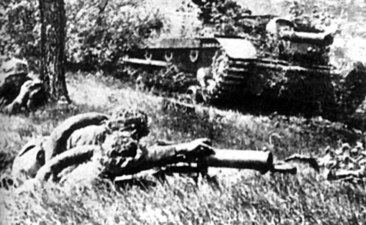 Działa samobieżne Zrinyi II wraz z piechotą na pozycjach obronnych; późne lato 1944 r.