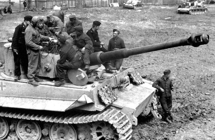 Niemieccy i węgierscy pancerniacy przy czołgu ciężkim Tygrys armii węgierskiej; 1944 r.