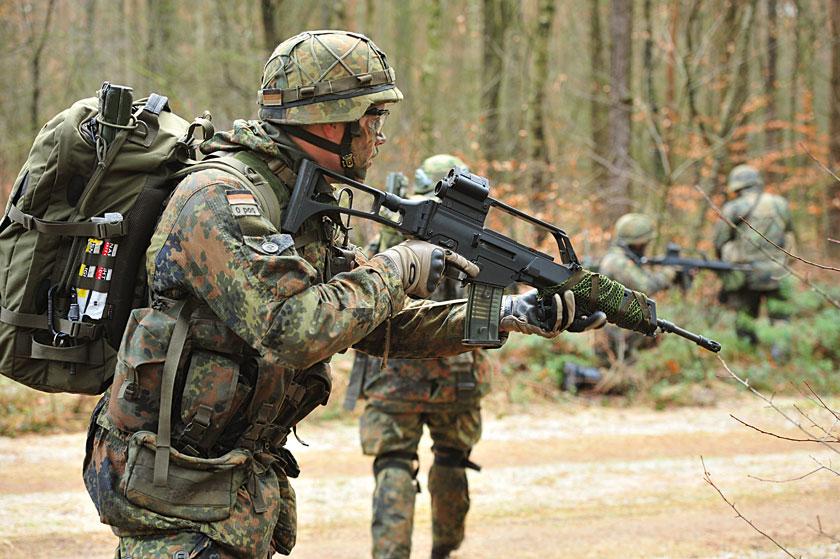 Wytyczne dla nowego karabinka automatycznego Bundeswehry XXI wieku kładły szczególny nacisk na niski koszt imasę. Zgodnie ztymi wymaganiami wfirmie Heckler & Koch na początku lat 90. zaprojektowano prototyp HK50, który wprzetargu wygrał zaustriackim Steyrem AUG izostał przyjęty do uzbrojenia Bundeswehry w1997r. jako G36.