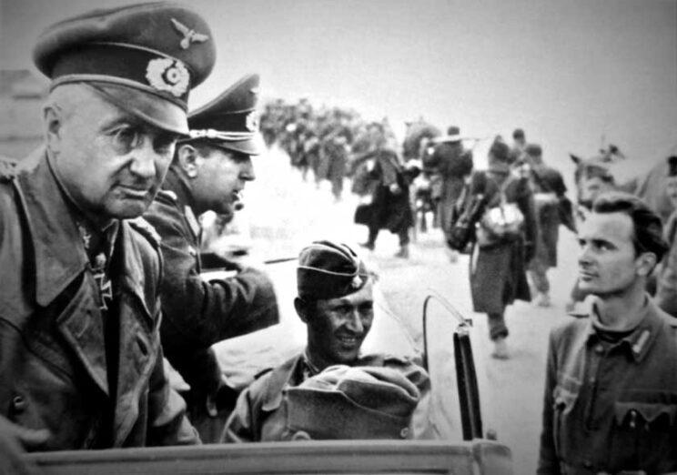 """Lwowsko-sandomierska operacja zaczepna. Kolumna żołnierzy węgierskiej armii przechodzi obok samochodu dowódcy GA """"Północna Ukraina"""", feldmarszałka Waltera Modela."""