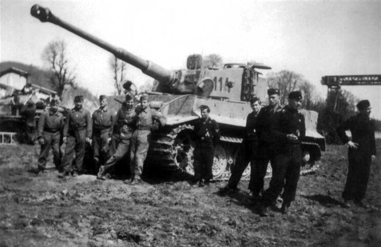 Węgierscy i niemieccy czołgiści przy czołgu PzKpfw VI Ausf. E Tygrys; Zachodnia Ukraina, lipiec 1944 r.