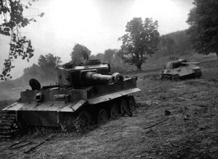 Niemieckie czołgi PzKpfw VI Tygrys i PzKpfw V Pantera, uszkodzone w rejonie Drochobycza; Zachodnia Ukraina, sierpień 1944 r.
