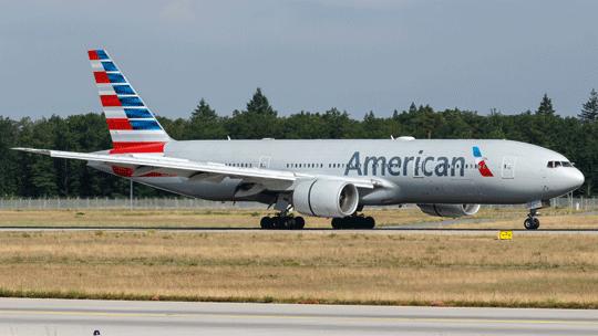 Największe linie lotnicze świata American Airlines we wrześniu posiadały 876 samolotów w średnim wieku 10,9 lat, z tego 674 było aktywnych i202 zaparkowanych. Na zdjęciu B777 wbarwach tego przewoźnika.