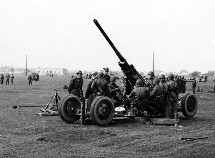 Armaty wz. 36 ze stołecznego 1. pułku artylerii przeciwlotniczej w trakcie pokazów na Polach Mokotowskich, 3 maja 1939 r.