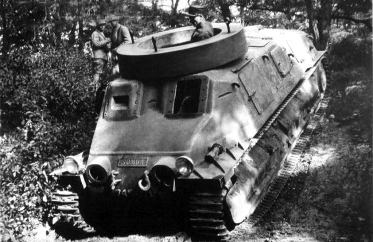 Prototyp SOMUA S35 bez uzbrojenia, w czasie prób. Był to docelowy wóz opracowywany dla francuskiej kawalerii wklasie AMC, który jak się później okazało, stał się bardzo udanym czołgiem w nowoczesnym rozumieniu tego słowa.