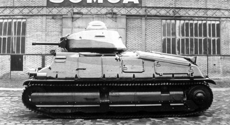 Najważniejszą wadą dosłownie każdego francuskiego czołgu była jednoosobowa wieża, w której dowódca był jednocześnie celowniczym i ładowniczym. W SOMUA S35 po raz pierwszy wprowadzono większą wieżę, umożliwiającą w razie potrzeby również radiotelegrafiście ładowanie działa, ale przy strzale musiał się on schylić, odrzut bowiem niwelował wolną, dostępną dla niego przestrzeń.