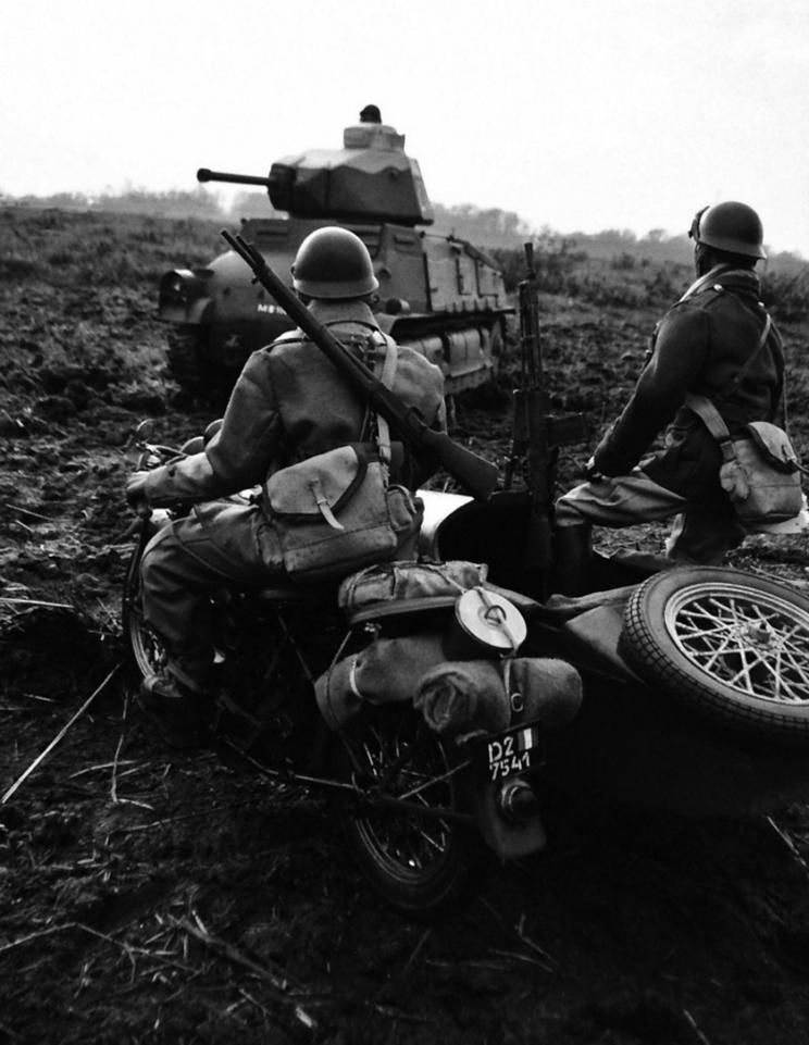 Motocykliści lekkiej dywizji zmechanizowanej obok SOMUA S35.