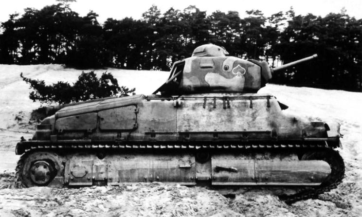 """SOMUA S35 na ćwiczeniach – uwagę zwraca """"karciane"""" oznaczenie. Poszczególne szwadrony (kompanie) oznaczano kolorami symbolu karcianego: niebieski 1. szwadron, biały 2. szwadron, czerwony 3. szwadron i zielony 4. szwadron. Dla plutonów był to: pik – 1. pluton, kier – 2. pluton, karo – 3. pluton i trefl – 4. pluton. Czołg nie ma natomiast numerów taktycznych ani godła jednostki na kadłubie."""