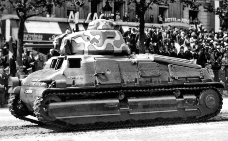 """SOMUA S35 na przedwojennej defiladzie. Zwraca uwagę ciekawe malowanie z bardziej """"ciapkowatą"""" wieżą. Miały je m.in. czołgi z 13e Régiment de Dragons z 2e Division Légère Mécanique."""