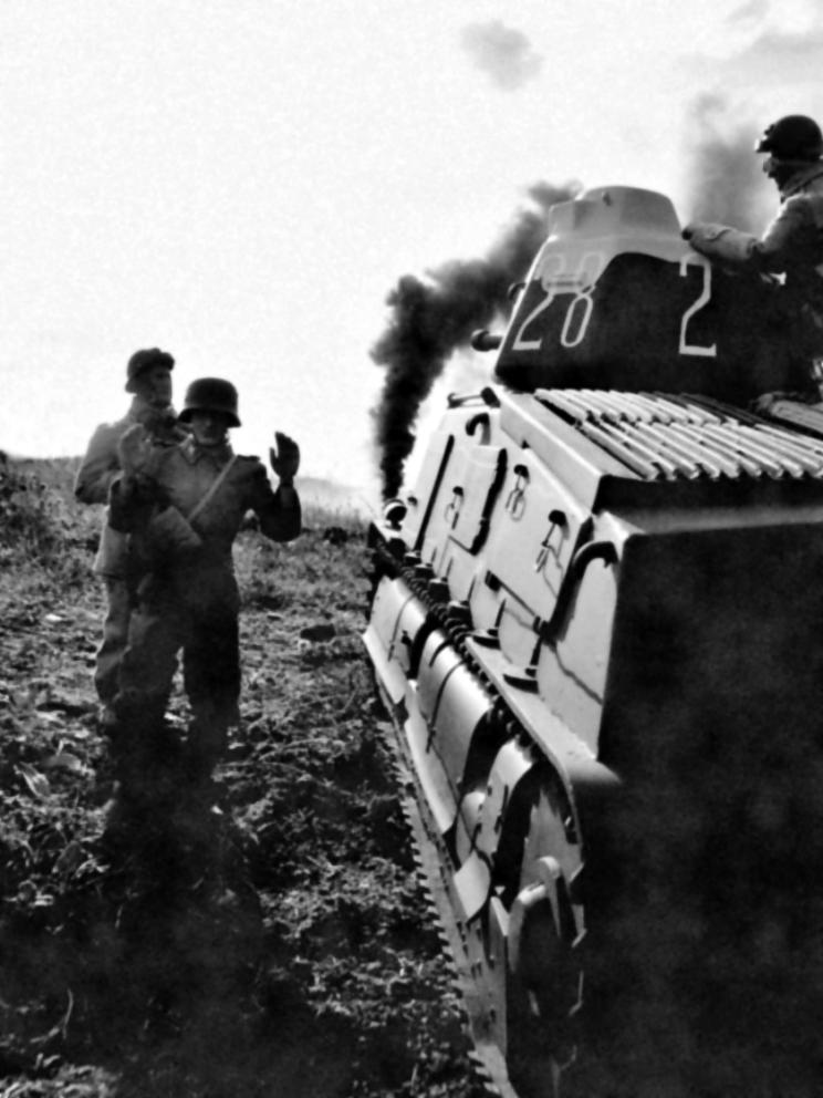 Ciekawe zdjęcie przedstawiające niemieckiego jeńca wojennego prowadzonego obok francuskiego czołgu S35. Przypuszczalnie zostało ono zrobione podczas walk w rejonie Arras.