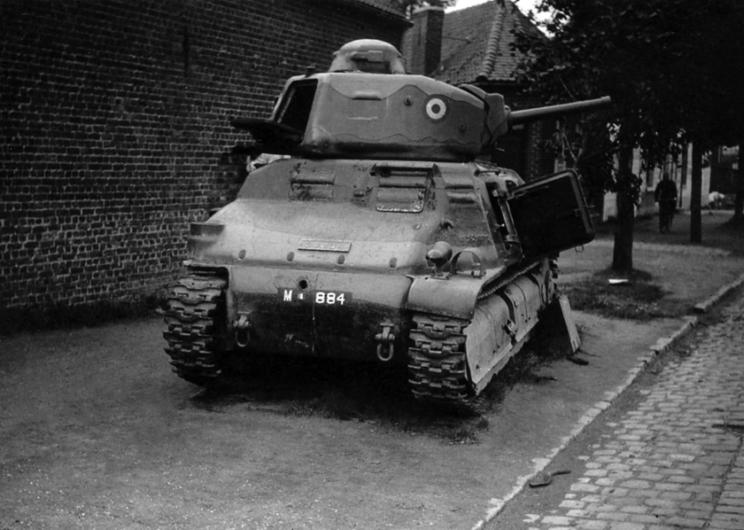 SOMUA S35 z pancerzem przebitym 37-milimetrowym pociskiem. Niemieckie 37 mm armaty przeciwpancerne holowane i stanowiące uzbrojenie czołgów Panzer III miały duże problemy z przebiciem pancerza SOMUA S35, ale z bliskiej odległości było to możliwe, nawet z przodu.