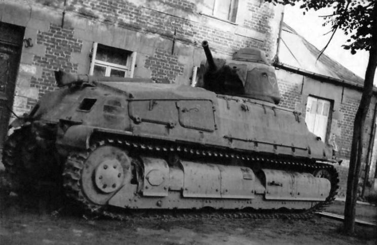 SOMUA S35 porzucony przez załogę. Większość czołgów tego typu wpadło w niemieckie ręce w stanie mniej lub bardziej uszkodzonym, ale w większości nadającym się do naprawienia.