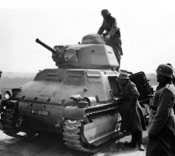 Zniszczony SOMUA S35, ze śladami aż trzech przebić w przedniej płycie pancernej. Żołnierze niemieccy oglądają ten wóz z zaciekawieniem. Trudno ustalić, kiedy i gdzie zrobiono to zdjęcie.