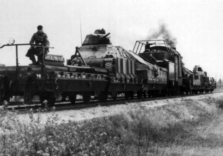 Na froncie wschodnim SOMUA S35 były wykorzystywane tylko w składzie pociągów pancernych. Po dwa czołgi tego typu miały Panzer-Zug 25, 29, 30 i 31, a po trzy – Panzer-Zug 26, 27 i 28. W 1943 r. wycofano je z dalszego użytkowania i zastąpiono nowszymi wozami.