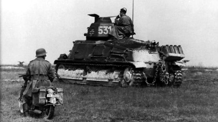 SOMUA S35 zmodyfikowany przez Niemców, m.in. przez montaż radiostacji FuG 5 oraz z typową dla niemieckich czołgów wieżyczką obserwacyjną dowódcy na ćwiczeniach we Francji w 1942 r. Wozy te używano we Francji do 1944 r., szkoląc na nich czołgistów z uzupełnianych i odtwarzanych dywizji pancernych, które później, przed skierowaniem nafront, wyposażano w nowsze wozy niemieckie.