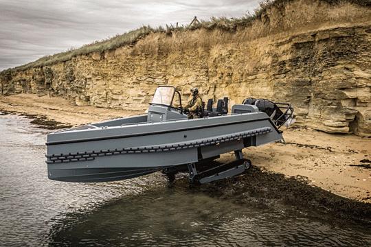 Przechwytująca łódź desantowa IG-PRO31. Ten dziwny pojazd jest przeznaczony głównie dla operatorów sił specjalnych. Po złożeniu podwozia gąsienicowego może pływać zprędkością przekraczającą 50w.
