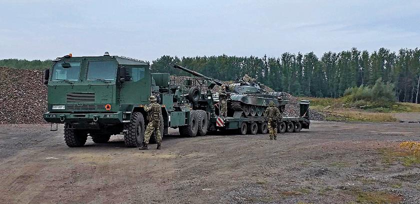 Ciągnik siodłowy Jelcz 882.62 z naczepą ST775-20W po załadunku czołgu i sprawdzeniu sprawności wyciągarek.