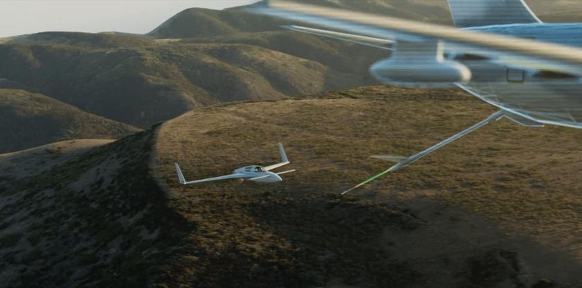 """Rozszerzona rzeczywistość w praktycznym szkoleniu lotniczym. Po lewej: samolot eksperymentalny Berkut z pilotem trenującym """"tankowanie"""" w locie, po prawej: obraz 3D tankowca KC-46A Pegasus, jaki widzi pilot."""