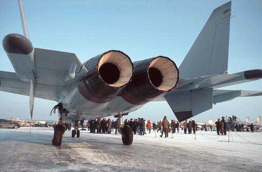 Napędem MiG 1.44 są dwa silniki AL-41F (izdielije 20) z ruchomymi dyszami. Obok widać kilka zpowierzchni sterowych samolotu, w tym klapy tylne między silnikiem ibelką ogonową oraz ruchomą tylną część grzebienia pod belką ogonową.