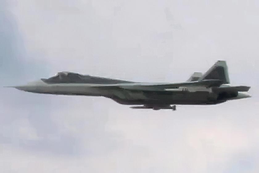 """Na kadrach z filmu rocznicowego 929. GLIC po raz pierwszy zobaczyliśmy pocisk """"powietrze-powietrze"""" średniego zasięgu R-77M, który jest podstawowym uzbrojeniem Su-57 w zadaniach wywalczania przewagi wpowietrzu."""