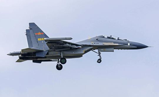Ląduje Su-30MKK  ze składu 85. Brygady Lotniczej Sił Powietrznych Chińskiej Armii Ludowo-Wyzwoleńczej.  Na końcówkach skrzydła zwracają uwagę zasobniki stacji aktywnych zakłóceń radioelektronicznych SPS-171 Sorbcja-S.