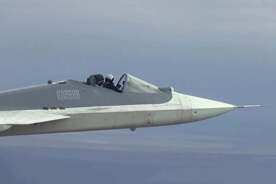 Nieczęsto widziane zdjęcia z prowadzonych w Achtubinsku prób samolotu myśliwskiego Su-57; na zdjęciu widzimy egzemplarz T-50-8, ze zdjętą osłoną kabiny pilota.
