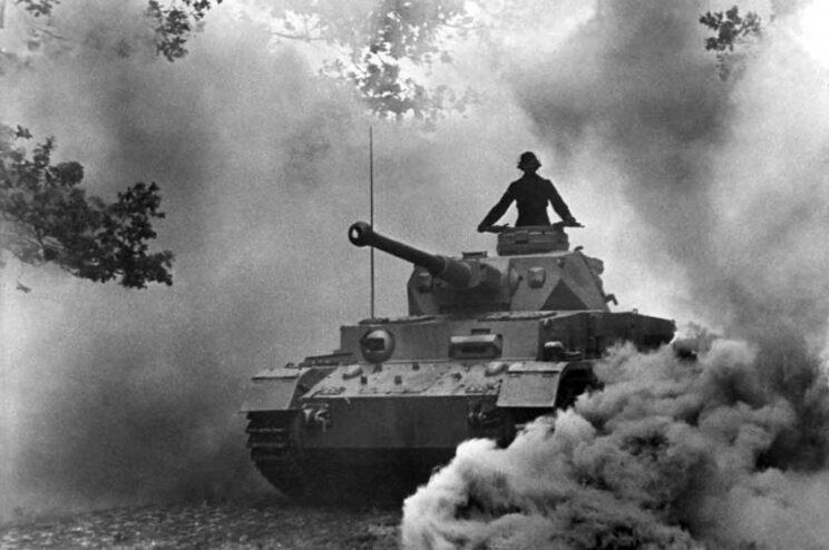Na propagandowym niemieckim zdjęciu PzKpfw IV Ausf. F2 późniejszej produkcji, bez stelaża pod lufą, bowiem sama lufa doskonale odchylała antenę radiostacji.