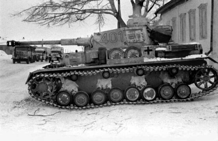 PzKpfw IV Ausf. G, wóz z ósmej serii, czyli oryginalnie oznaczony G, z 19. DPanc. Widoczny nowy dwukomorowy hamulec wylotowy armaty, a ponadto nakładki poszerzające gąsienice, tzw. winterketten, stosowane na froncie wschodnim.